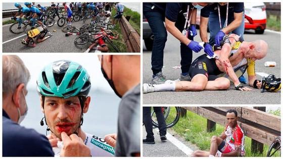 Tai nạn kinh hoàng khiến giải xe đạp Giro d'Italia đang đua phải tạm dừng cấp cứu VĐV ảnh 1