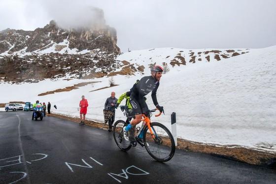 Áo hồng Egan Bernal thắng lớn trong chặng đua phải cắt lộ trình vì mưa gió ảnh 2