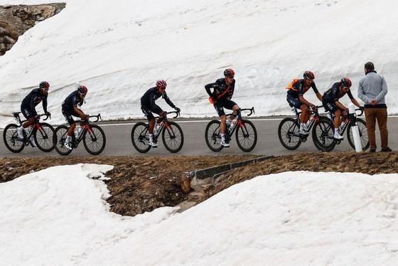 Động lực nào giúp Damiano Caruso đánh bại Egan Bernal trên đỉnh Alpe Motta ảnh 1
