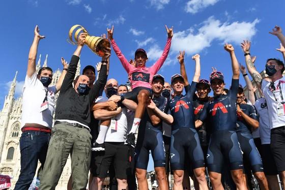 Egan Bernal đăng quang Giro d'Italia trong ngày Ganna chạy cá nhân tính giờ 53,8 km/giờ ảnh 3