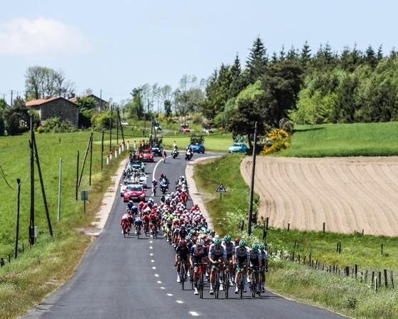 Cựu tay đua vô địch thế giới gặp tai nạn rời khỏi Criterium du Dauphine ảnh 1