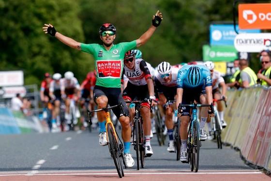 Cựu tay đua vô địch thế giới gặp tai nạn rời khỏi Criterium du Dauphine ảnh 2