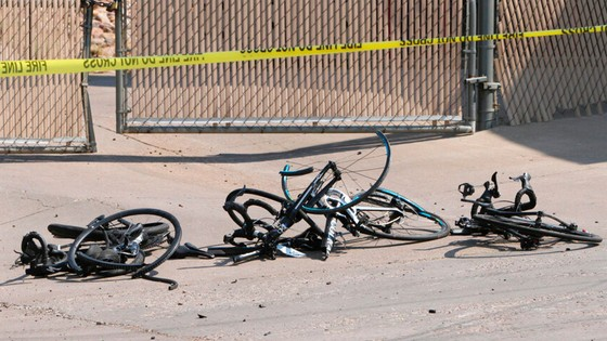 Cảnh sát Mỹ buộc phải bắn người đàn ông lao xe vào đoàn đua ảnh 1