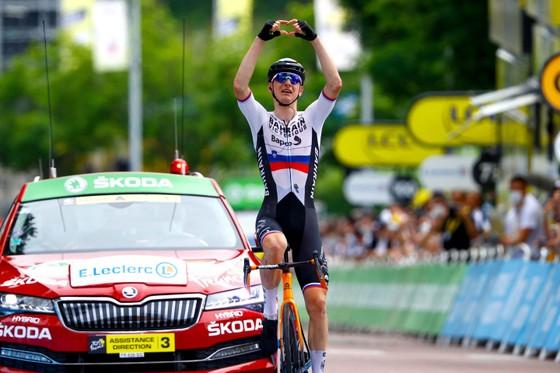 Matej Mohoric mừng chiến thắng tại đích đến