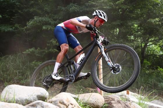 Tom Pidcock giành HCV xe đạp địa hình Olympic dù mới gãy xương vai ảnh 2