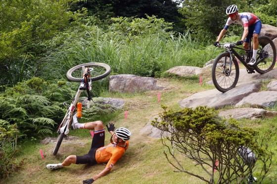 Tom Pidcock giành HCV xe đạp địa hình Olympic dù mới gãy xương vai ảnh 1