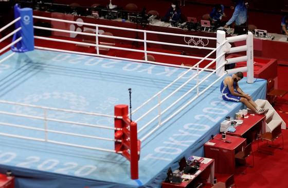 Lao đầu vào đối thủ bị xử thua, võ sĩ quyền Anh siêu nặng Pháp đòi đấu lại ảnh 2