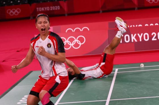 Tay vợt nữ cầu lông Indonesia được thưởng 5 con bò cho HCV Olympic ảnh 1
