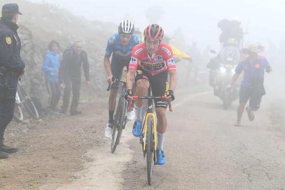 Miguel Angel Lopez chiến thắng trên đỉnh đèo dựng đứng mù sương ảnh 4