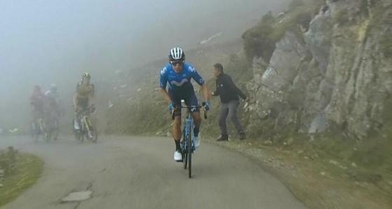 Miguel Angel Lopez chiến thắng trên đỉnh đèo dựng đứng mù sương ảnh 2