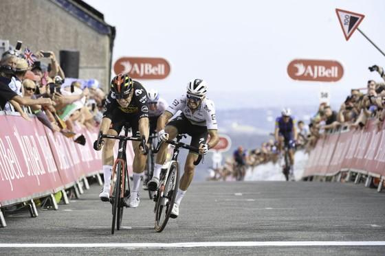 Chiến thắng suýt sao của Van Aert trước Alaphilippe