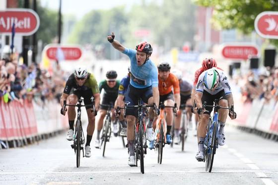Chiến thắng giúp Ethan Hayter giành lại áo xanh dương tổng sắp