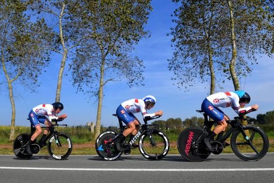 """Đội xe đạp Anh bị tố vì """"khối u lạ"""" trên ngực Dan Bigham ảnh 3"""