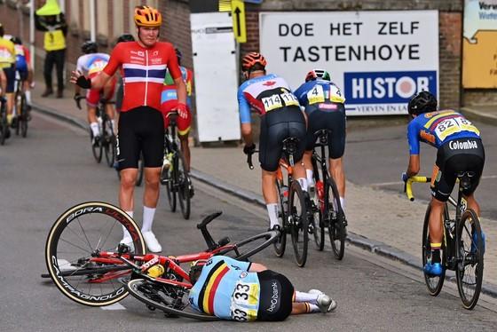 Filippo Baroncini solo giành vàng U23 nam thế giới trong chặng đua có nhiều tai nạn ảnh 1