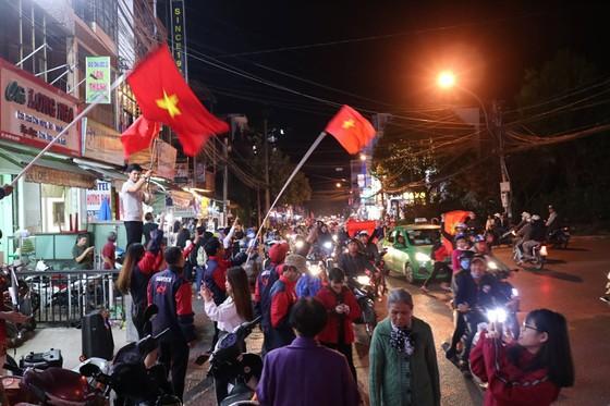 Cả nước vỡ òa trước kỳ tích của U23 Việt Nam ảnh 34