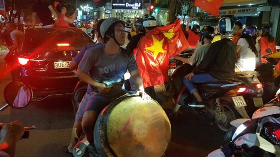 Cả nước vỡ òa trước kỳ tích của U23 Việt Nam ảnh 40