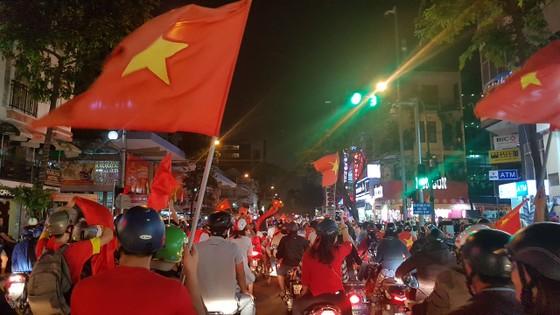 Cả nước vỡ òa trước kỳ tích của U23 Việt Nam ảnh 42