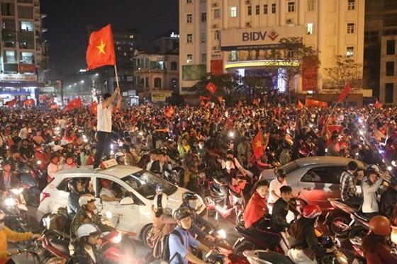 Cả nước vỡ òa trước kỳ tích của U23 Việt Nam ảnh 47