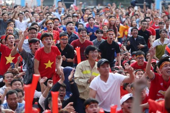 Cả nước vỡ òa trước kỳ tích của U23 Việt Nam ảnh 3