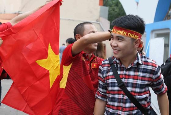 Cả nước vỡ òa trước kỳ tích của U23 Việt Nam ảnh 17