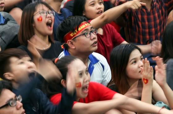 Cả nước vỡ òa trước kỳ tích của U23 Việt Nam ảnh 18