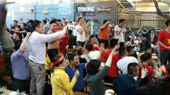 Cả nước vỡ òa trước kỳ tích của U23 Việt Nam ảnh 29