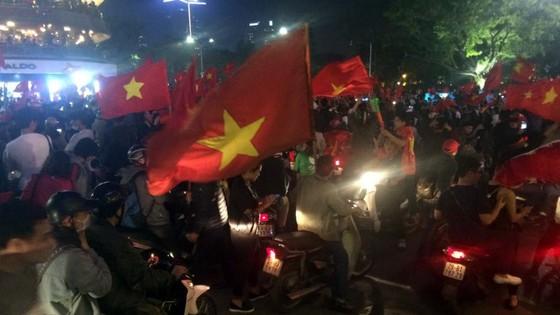 Cả nước vỡ òa trước kỳ tích của U23 Việt Nam ảnh 30