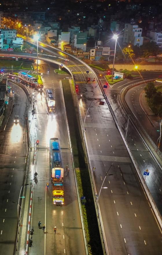 Cảnh vận chuyển xuyên đêm đưa 3 toa tàu metro 1 từ cảng Khánh Hội về depot Long Bình ảnh 5