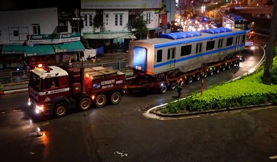Cảnh vận chuyển xuyên đêm đưa 3 toa tàu metro 1 từ cảng Khánh Hội về depot Long Bình ảnh 4