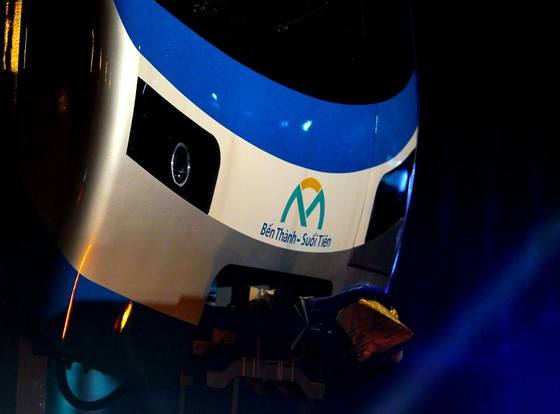 Cảnh vận chuyển xuyên đêm đưa 3 toa tàu metro 1 từ cảng Khánh Hội về depot Long Bình ảnh 1