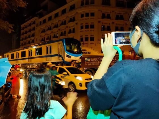 Cảnh vận chuyển xuyên đêm đưa 3 toa tàu metro 1 từ cảng Khánh Hội về depot Long Bình ảnh 2