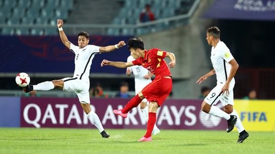 Một pha tấn công của đội Việt Nam (áo đỏ) trước hàng phòng ngự New Zealand. Ảnh: FIFA