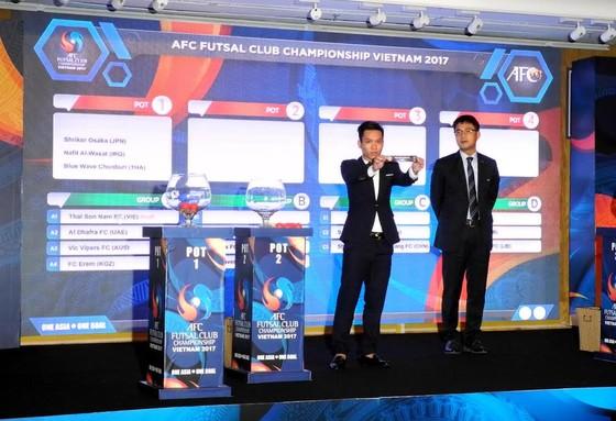 Quả bóng vàng futsal Việt Nam 2016 Trần Văn Vũ cùng đại diện AFC rút thăm. Ảnh: NGUYỄN NHÂN