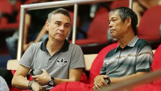 HLV Miguel (Bên trái) và ông Ngô Lê Bằng (ảnh: DŨNG PHƯƠNG)