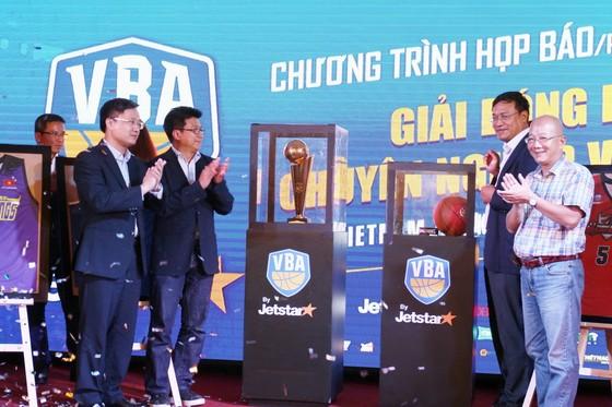 Ban tổ chức giới thiệu Cúp vô địch và bóng thi đấu