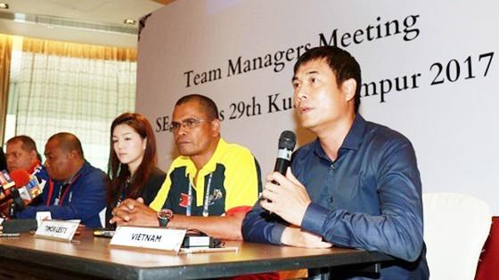HLV Hữu Thắng (bìa phải) tại cuộc họp. Ảnh: Dũng Phương