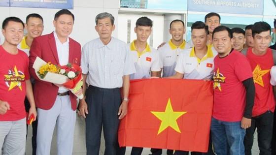 Đại diện LĐBĐ Việt Nam và Cổ động viên ra sân bay tiễn hai đội