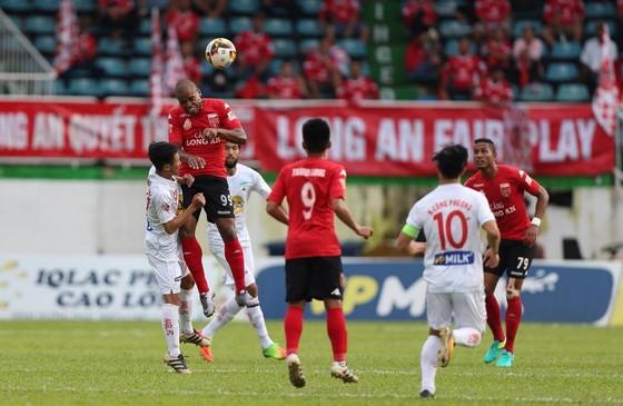 Long An (áo đỏ) bất ngờ dẫn trước HA.GL 1-0. (Ảnh: MINH TRẦN)