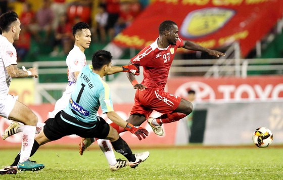 Thủ môn Vĩnh Lợi (HA.GL) phạm lỗi với cầu thủ TPHCM dẫn đến pha đá phạt thành bàn thắng sau đó. (Ảnh: DŨNG PHƯƠNG)