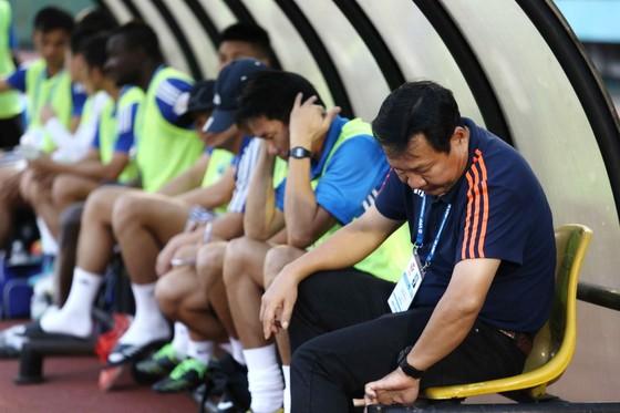 BHL đội Quảng Nam thất vọng khi đội nhà không thể giành 3 điểm. (Ảnh: NHẬT ANH)