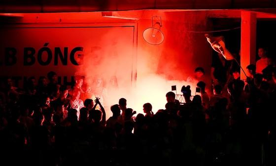 Pháo sáng được đốt trên khán đài sân Thanh Hóa ở vòng 20. (Ảnh: MINH HOÀNG)