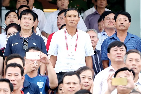 HLV Mai Đức Chung đi kiểm tra phong độ của các tuyển thủ trong đội hình CLB Thanh Hóa và Hải Phòng ở vòng 20 V-League. (Ảnh: MINH HOÀNG)