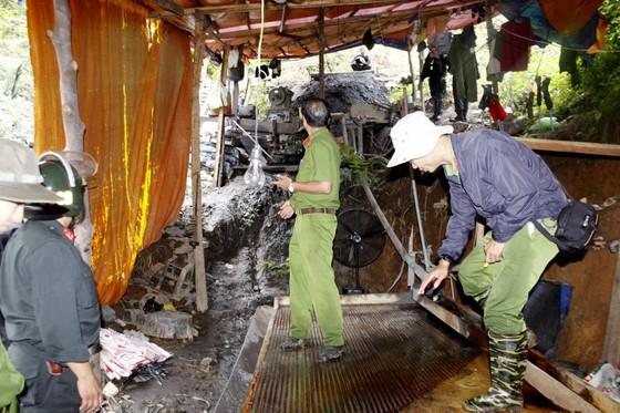 Hơn 100 chiến sĩ công an đột kích, nổ mìn đánh sập hầm thiếc trái phép tại Lâm Đồng ảnh 1