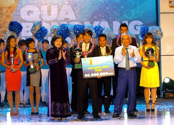 Lãnh đạo UBND TPHCM và LĐBĐ Việt Nam chụp hình lưu niệm cùng các cầu thủ đoạt giải