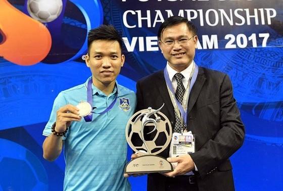 Thủ quân CLB Thái Sơn Nam , Trần Văn Vũ nhận Cúp fair-play từ AFC . Ảnh: A.Trần