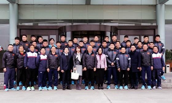 Toàn đội U23 Việt Nam chụp ảnh lưu niệm với Tổng lãnh sự quán Việt Nam tại Thượng Hải. Ảnh: Đoàn Nhật