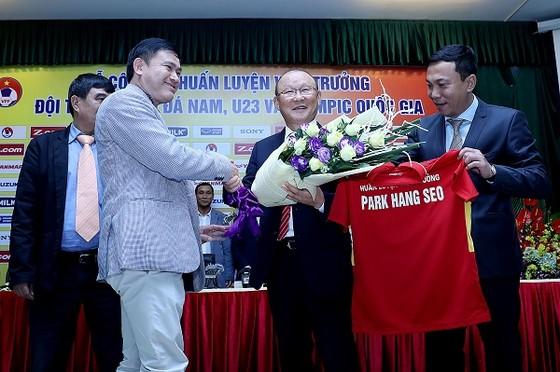 Ông Park cùng lãnh đạo VFF hôm ký hợp đồng làm việc. Ảnh: MINH HOÀNG