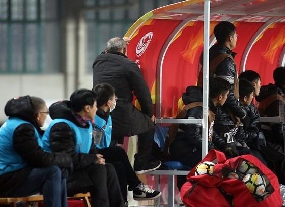 HLV Park Hang-seo hồi hộp không dám nhìn pha đá phạt góc của đội nhà. ảnh: ANH KHOA