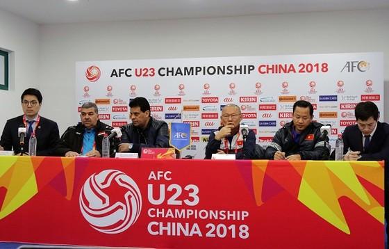 HLV hai đội U23 Việt Nam và Iraq tại buổi họp báo trưa 19-1.ảnh: ANH KHOA