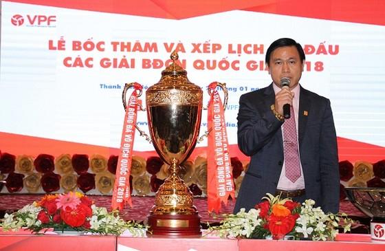 Chủ tịch HĐQT Công ty VPF Trần Anh Tú bên cạnh chiếc Cúp dành cho đội vô địch V-League 2018. Ảnh: DŨNG PHƯƠNG